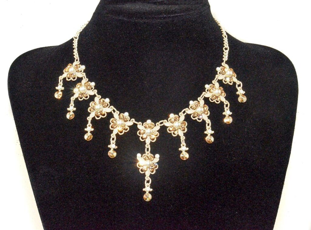 Beige wedding necklace with crystals and pearls